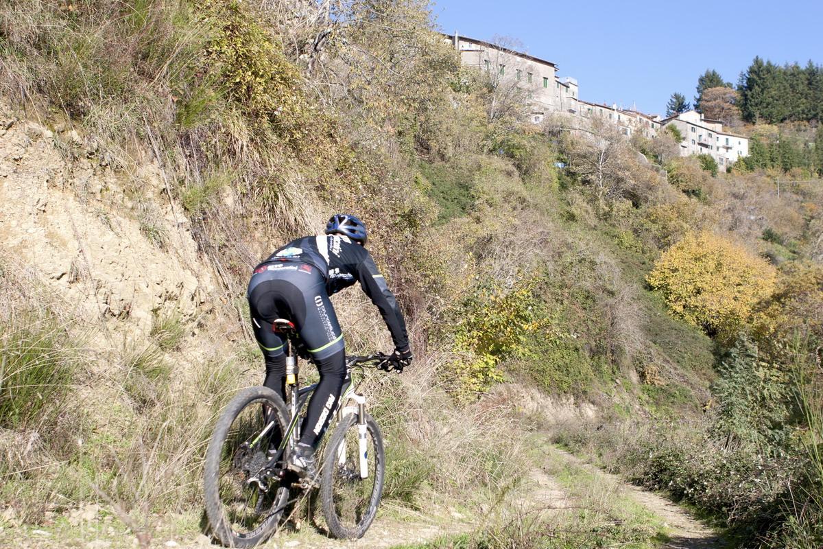 Mtb Montecatini vedura panoramica di Serra sterrato